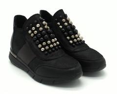 Черные кроссовки с декоративными бусинками
