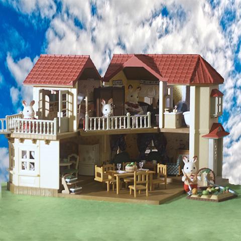 Большой дом со светом с большим набором мебели и семейкой Sylvanian families