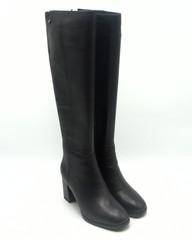 Черные кожаные ботфорты на высоком каблуке.