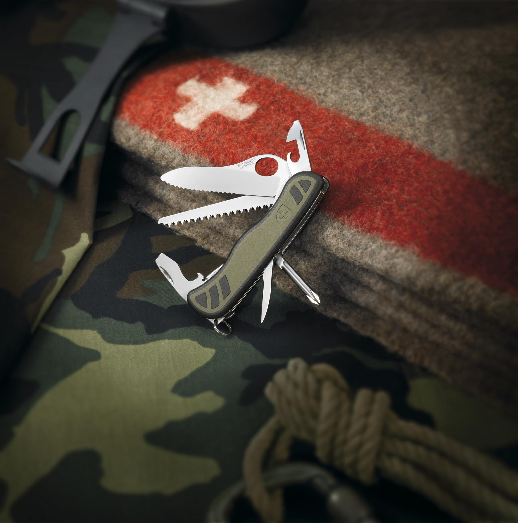 Складной нож Victorinox Military Green, серрейторная заточка, петля для открывания одной рукой (0.8461.MWCH) - Wenger-Victorinox.Ru