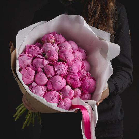 Купить букет 29 розовых пионов в Перми.