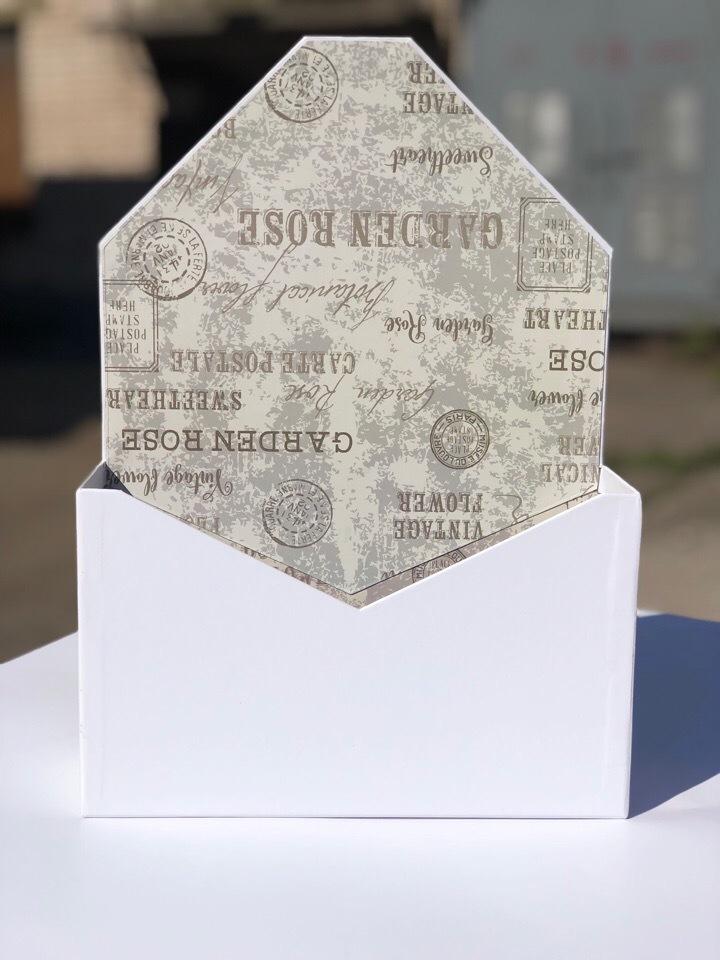 Картонная коробка для цветов в форме конверта . Цвет:Белый . Розница 300 рублей .