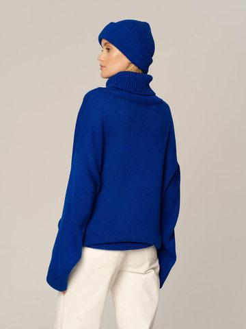 Женский комплект из свитера и шапки синего цвета - фото 2