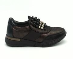 Черные кроссовки с лаковыми вставками и декоративными бусинками