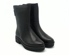 Черные кожаные полусапоги на устойчивой подошве