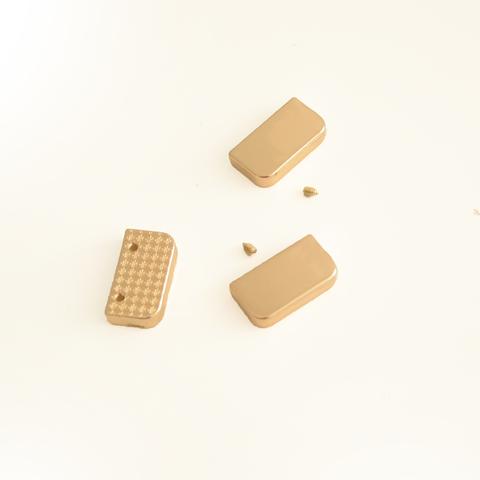 Металлическая кромка концевая для хлястика, цвет золото, длина 2,5 см