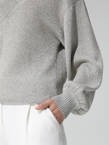 Женский джемпер светло-серого цвета с объемным рукавом - фото 5
