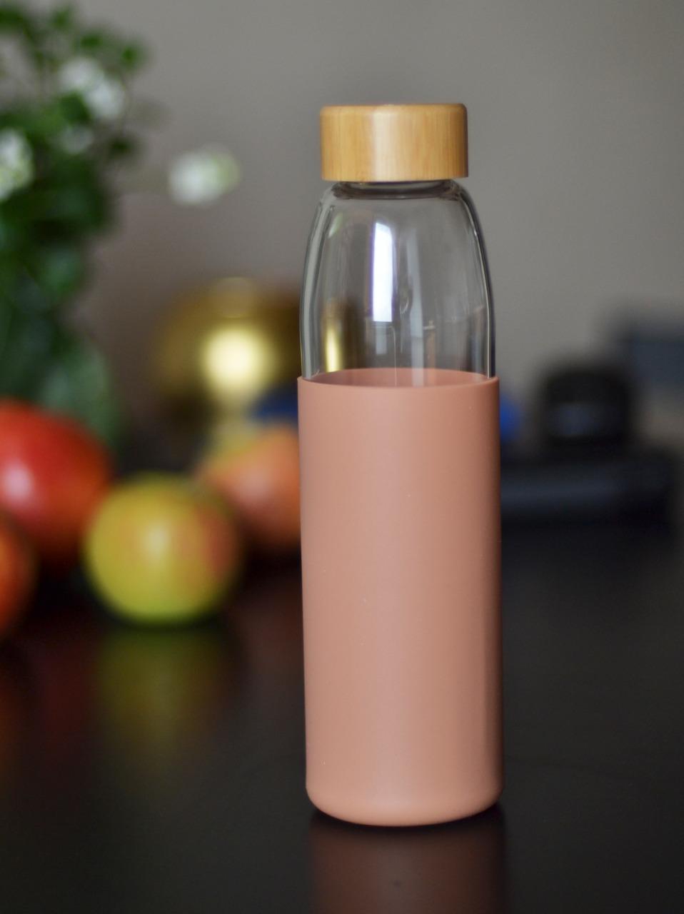 Бутылка из боросиликатного стекла 0,55 л. в силиконовом чехле персиковая