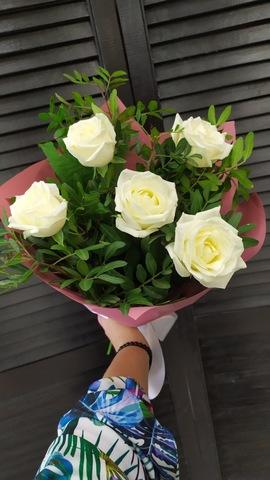 5 белых роз 50 см с зеленью в оформлении#165