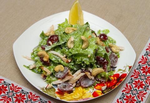 Легкий салат с виноградом