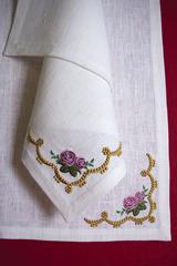 Льняная салфетка с вышивкой в винтажном стиле