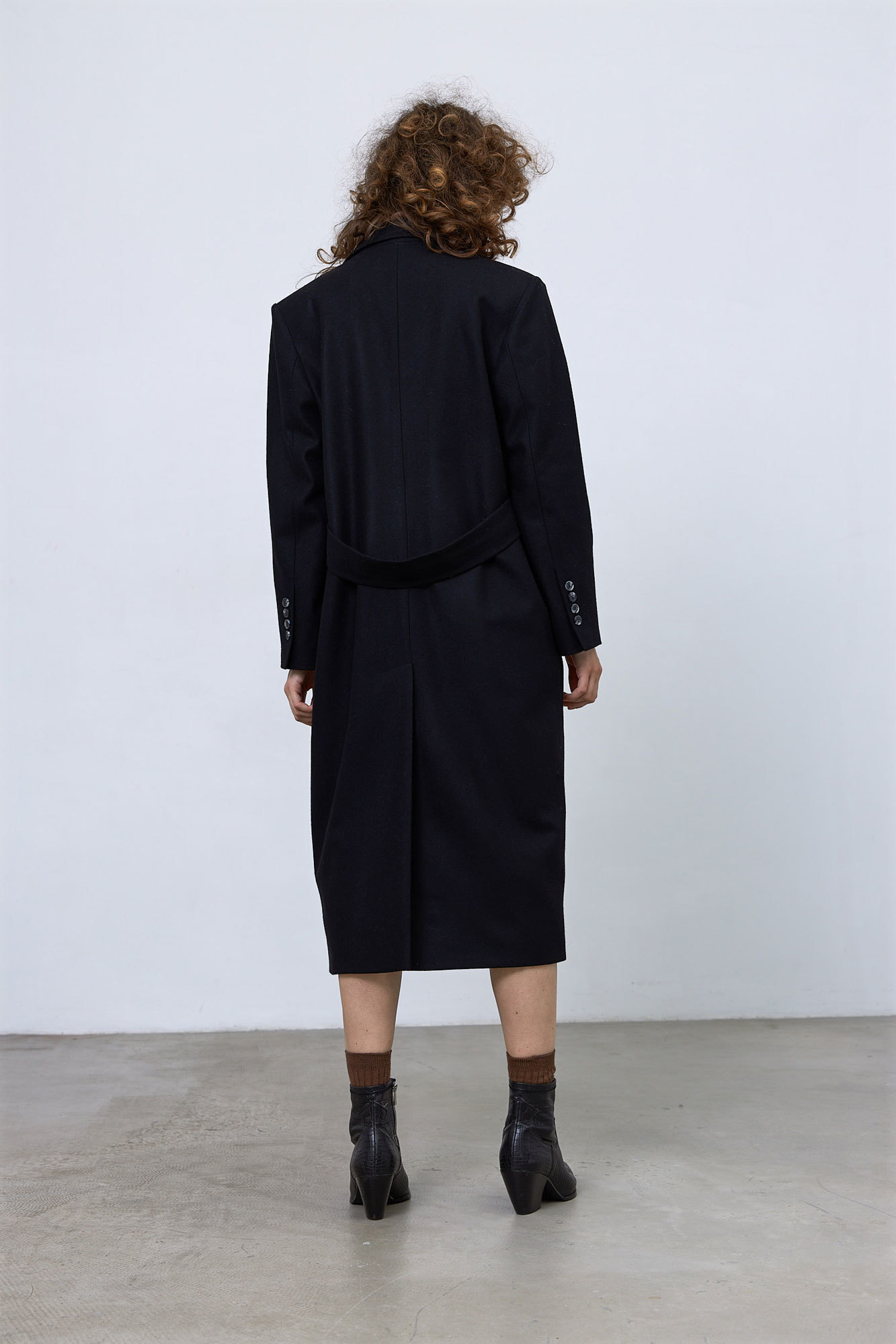 Пальто в мужском стиле с хлястиком на спинке, черный