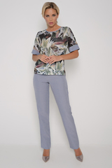 """<p>Ультрамодный брючный костюм на новый весенний сезон. Брюки прямого кроя на резинке. Блузон фасона """"кимоно"""".&nbsp;</p>"""