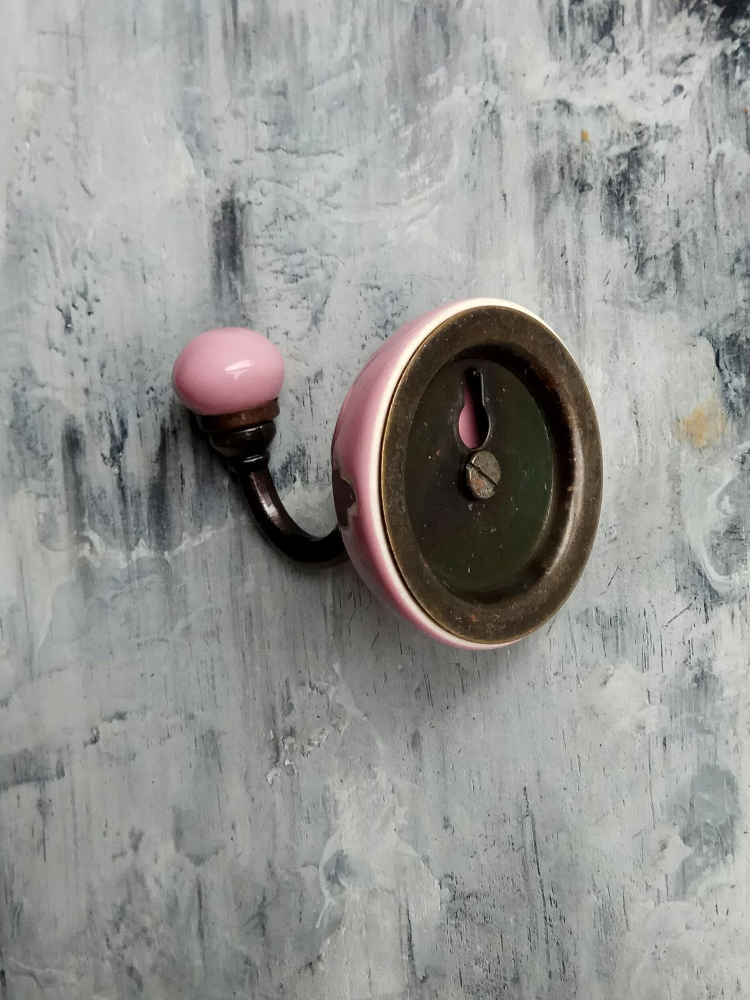 Крючок керамический розового цвета с орнаментом