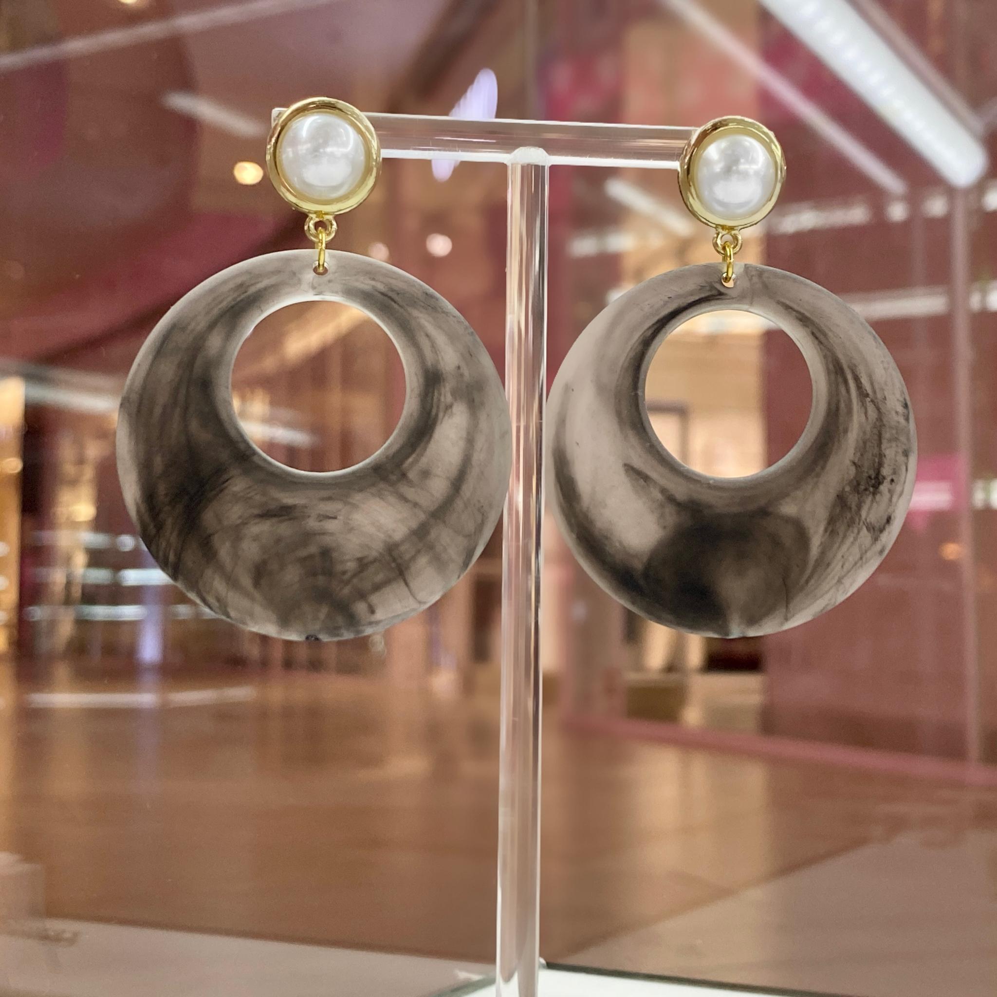 Серьги с жемчужным основанием и акриловыми подвесками (серый)