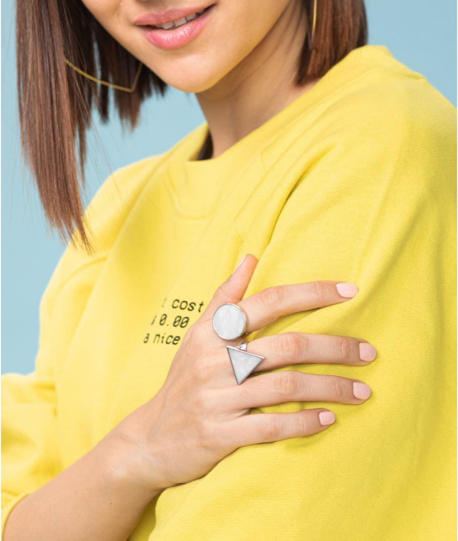 Серебряное кольцо с треугольным мрамором белого цвета