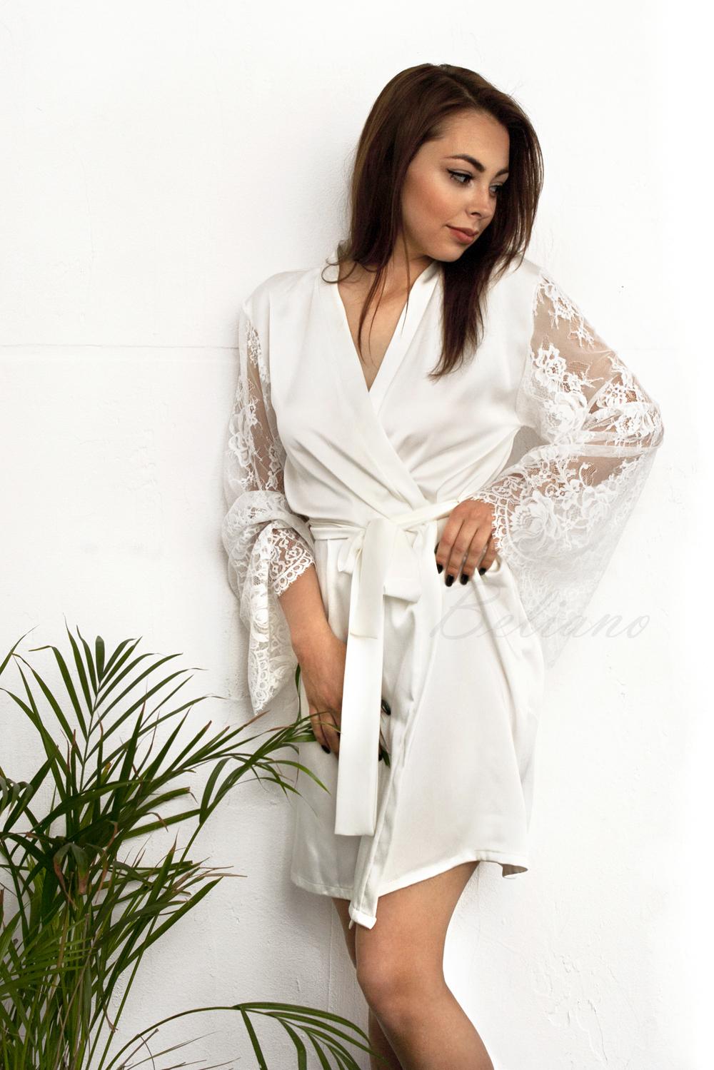 Женский шелковый халат мини (короткий) кремового цвета с кружевными рукавами