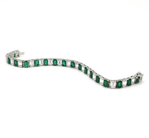 47963- Широкий теннисный браслет из серебра с изумрудными и белыми цирконами