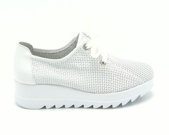 Белые кожаные перфорированные кроссовки на горке