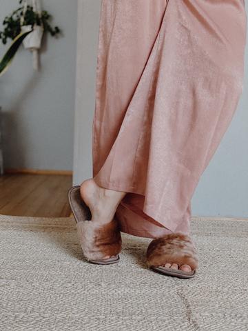 Меховые тапочки карамель с цельной шлейкой и текстильной стелькой карамель