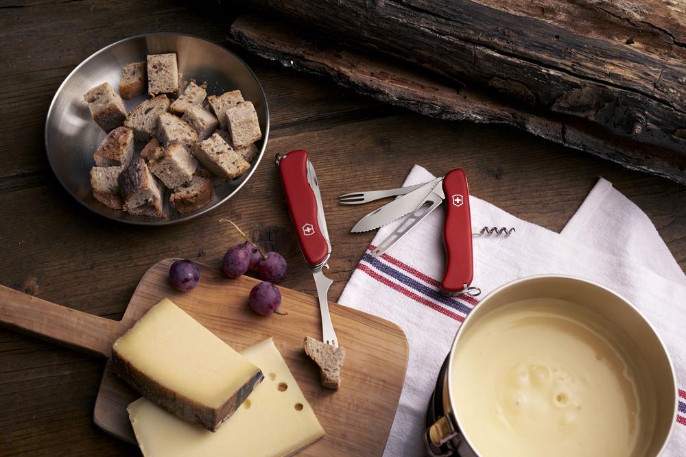Складной швейцарский нож Victorinox Cheese Master с лезвием для сыра и вилкой для фондю (0.8313.W) | Wenger-Victorinox.Ru