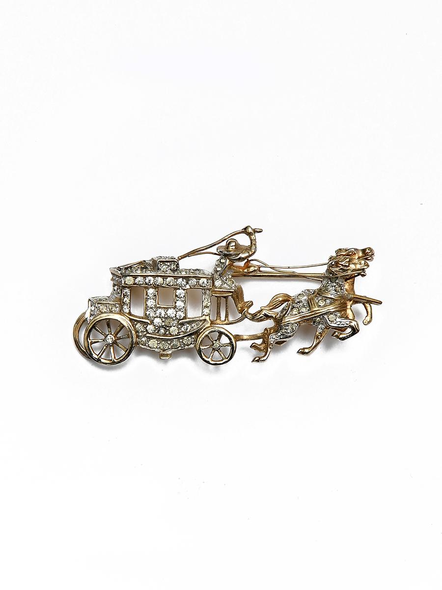 Оригинальная брошь Jomaz в виде кареты с извозчиком, запряженной лошадьми