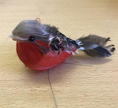 Птица снегирь (длина с хвостом 8-10 см)