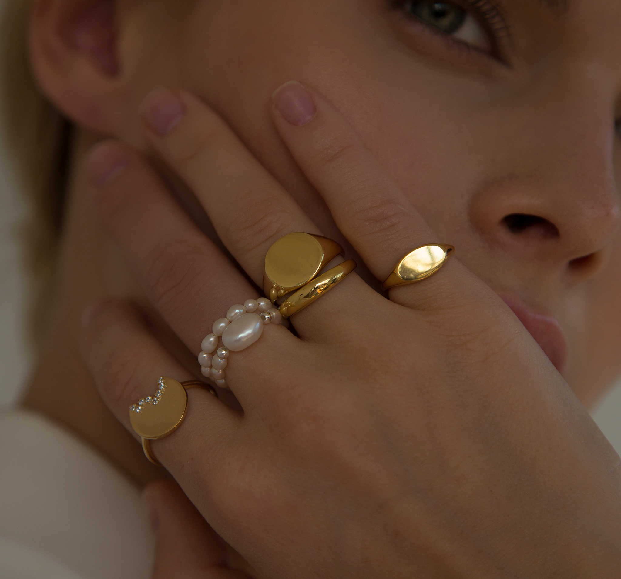 Лаконичнное кольцо-печатка из позолоченного серебра