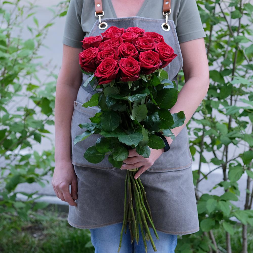 Букет 15 красных роз Red Naomi