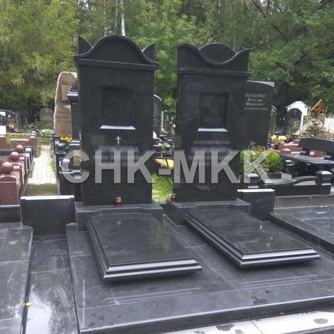 Гранитный мемориальный комплекс для семейного захоронения