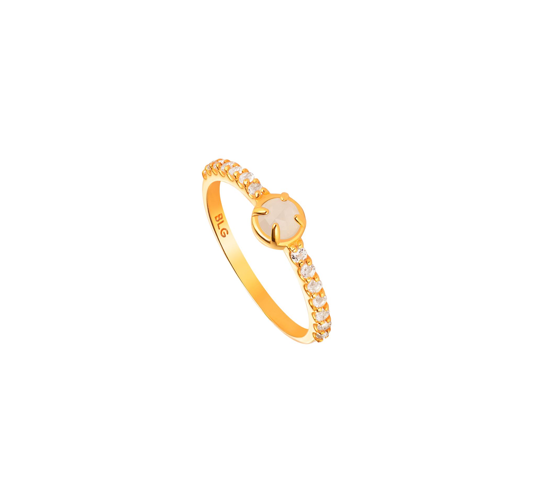 Нежное кольцо из позолоченного серебра с лунным камнем и белыми топазами