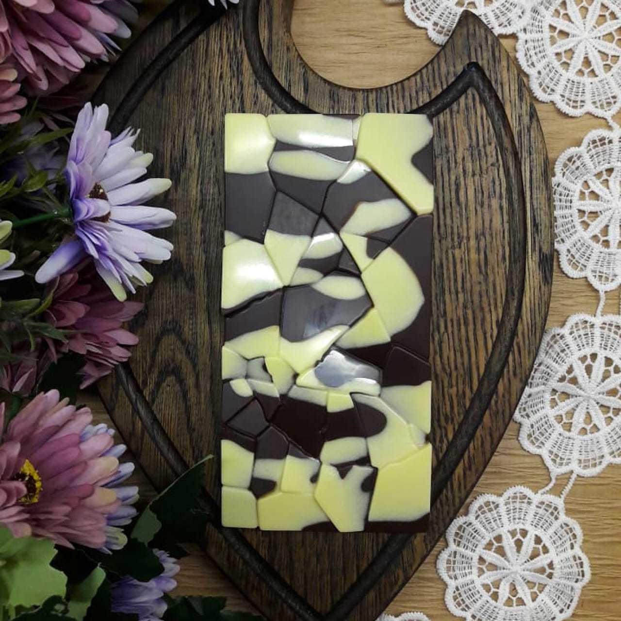 Фотография Шоколад ремесленный на меду белый на темном с малиной и фундуком / 95 гр купить в магазине Афлора