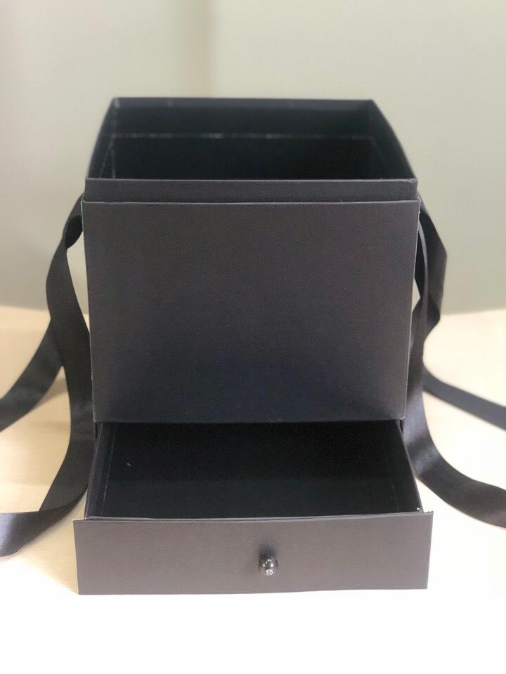 Квадратная коробка с отделением для подарка. Цвет: Черный . В розницу 500 рублей .