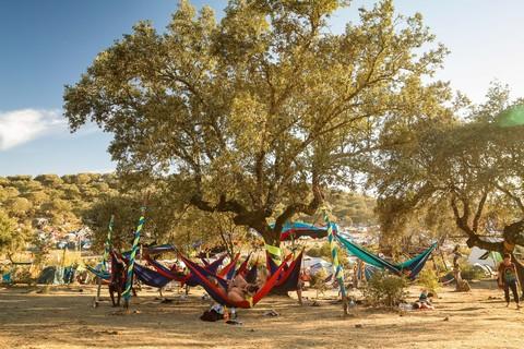 Лагерь гамаков на пляже.