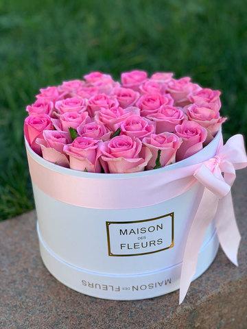 Розовые розы в белой коробке