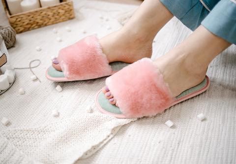 Меховые тапочки розовые с цельной шлейкой и текстильной стелькой мятной