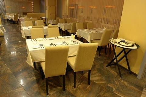 стулья и столы для ресторана