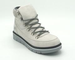 Светло-серые ботинки с контрастным шнурком