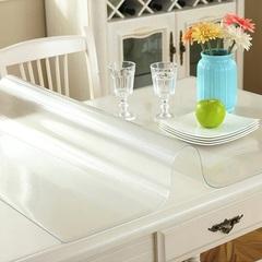 Рифленая скатерть на белом столе