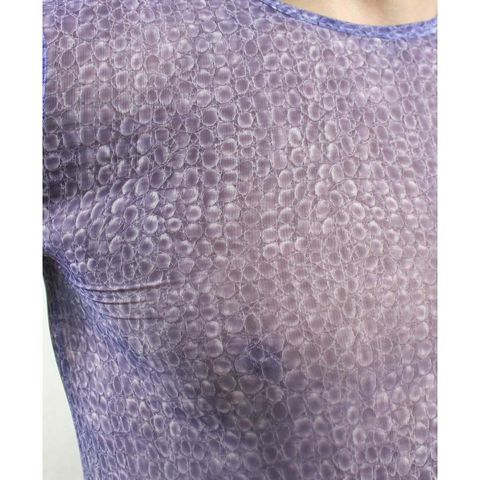 Фиолетовая облегающая футболка с рисунком-ячейками