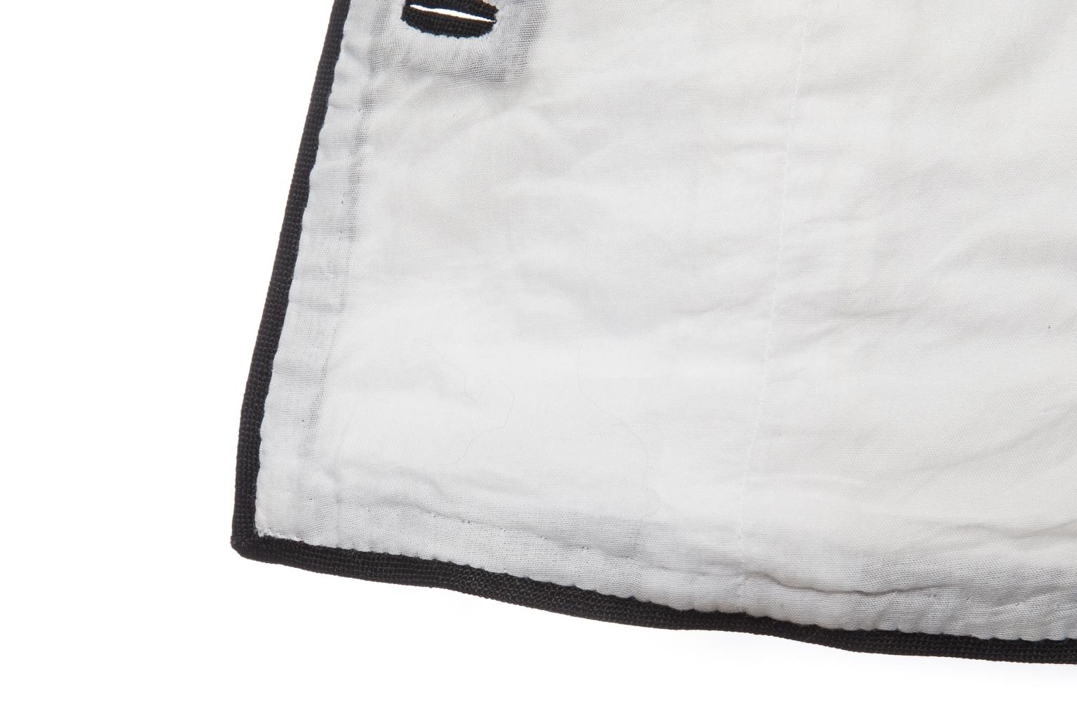Женственный жакет от Chanel из льна белого цвета с отделкой черного цвета, 38 размер.