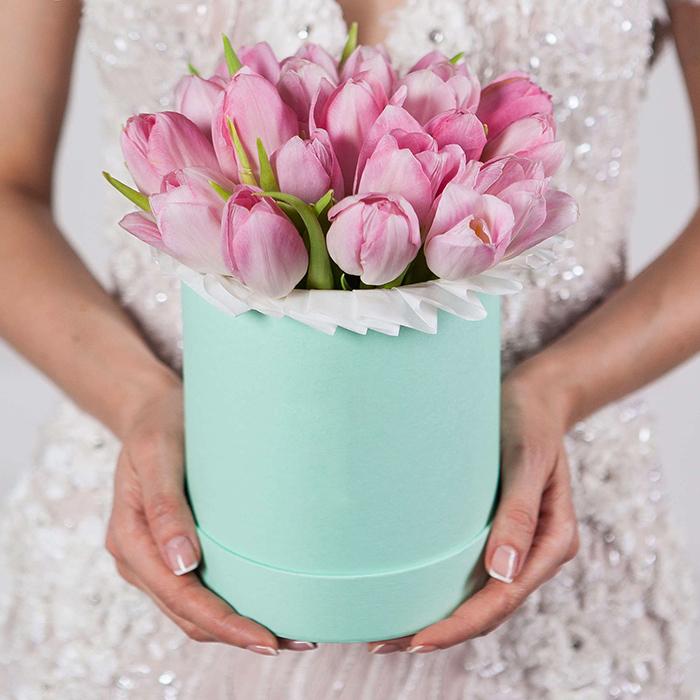 Купить букет розовых тюльпанов в зеленой шляпной коробке Пермь