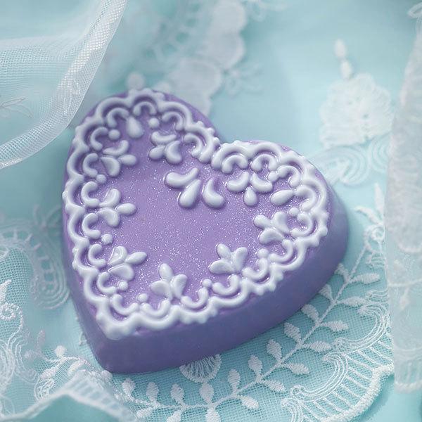 Мыло ручной работы в форме сердца. Пластиковая форма с орнаментом