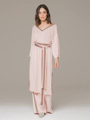 Женское платье светло-розового цвета из шелка на поясе - фото 3