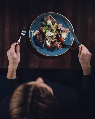 Гриль- салат с телятиной и хурмой 210 г.