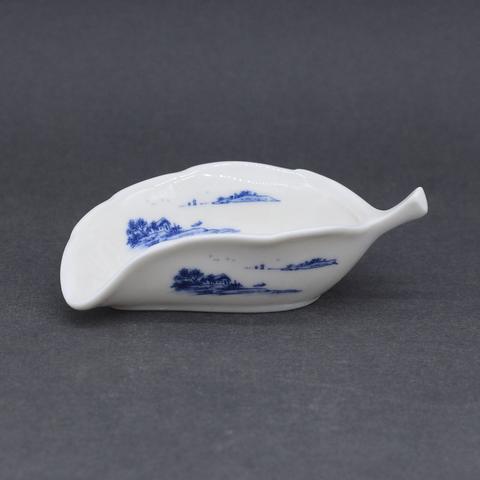 Чахэ в форме листа с синим рисунком, фарфор