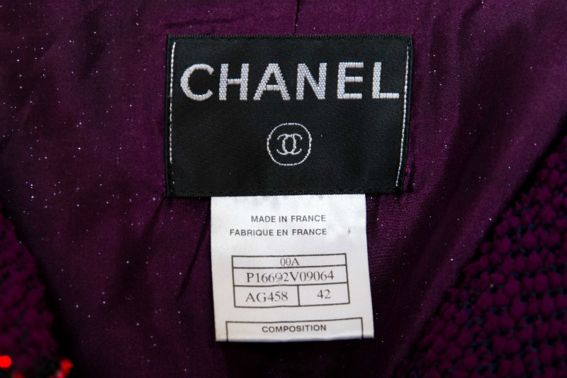 Красивый твидовый костюм с отделкой из кристаллов от Chanel, 42 размер