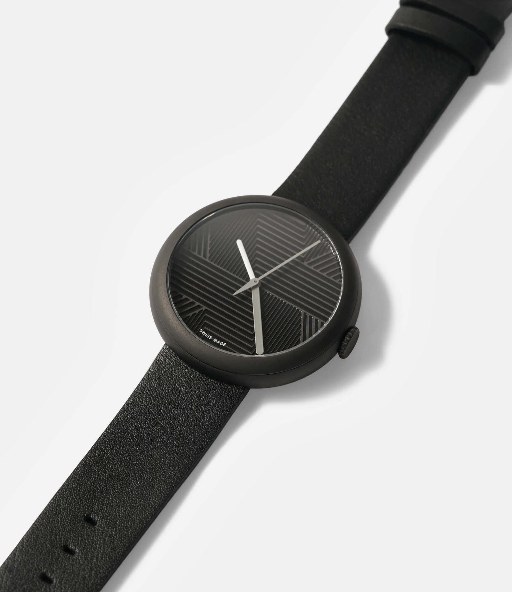 Objest Hach Black — кварцевые часы с рельефным циферблатом