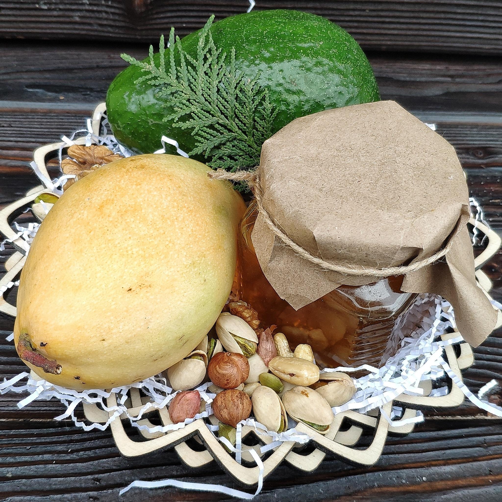 Фотография Подарочная корзина манго, авокадо, орехи, мед липа, 1.3 кг. купить в магазине Афлора