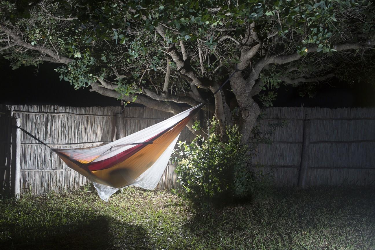 Гамак ночью под москитной сеткой.